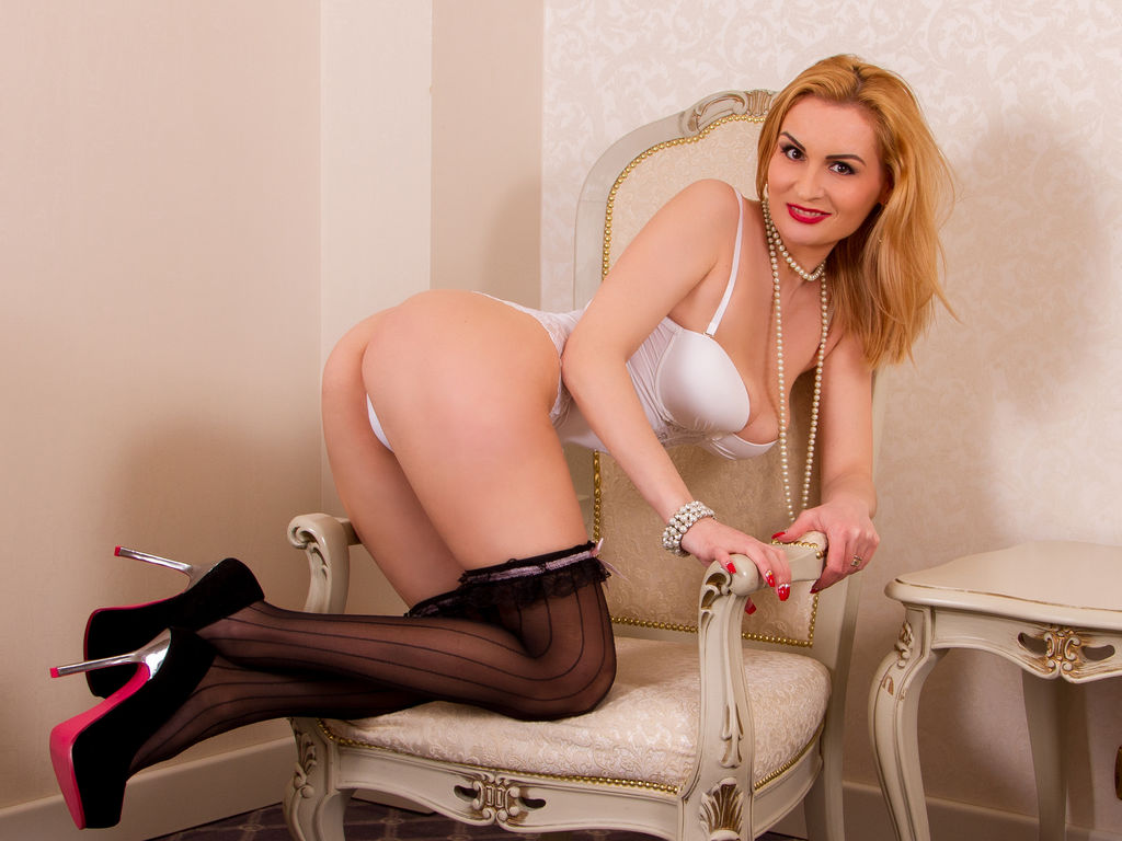 hotsexydolly's Chat Room
