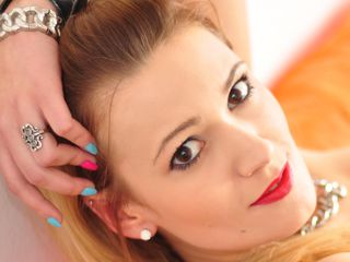 23 petite white female blonde hair brown eyes DaisyLovve chat room