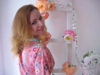 42 petite white female blonde hair blue eyes NataliesWorld chat room